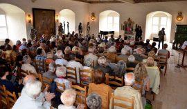 Im Rittersaal von Schloß Burgk spielt Matthias Grünert am Orgelpositiv.