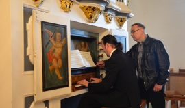 Matthias Grünert an der Orgel in Blintendorf – Kleine Orgeln sind immer wieder interessant.